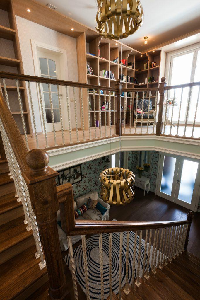 Оформление лестницы и этажей дачи
