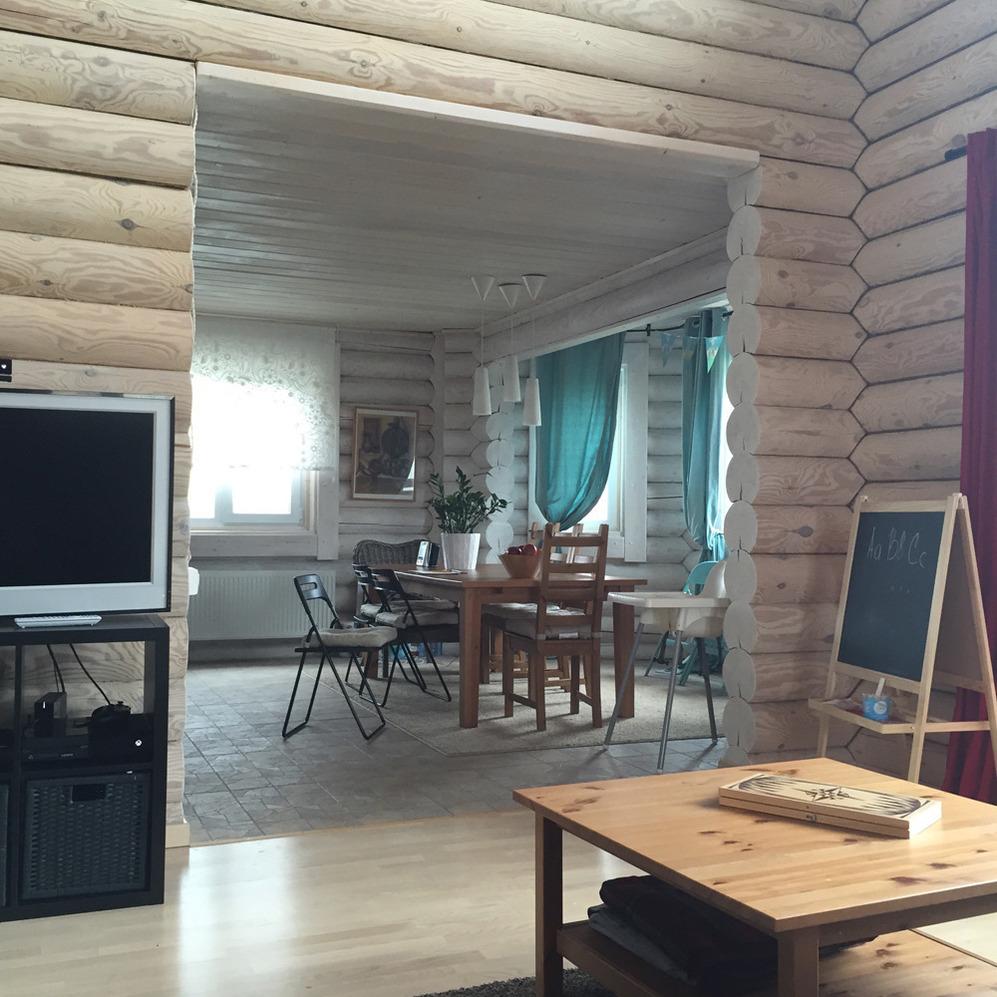Дизайн гостиной и столовой на даче из бревен