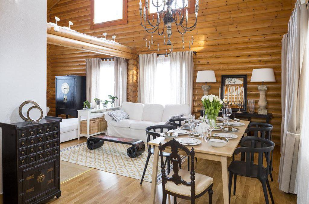 Интерьер гостиной-столовой с элементами готики на даче из бревен