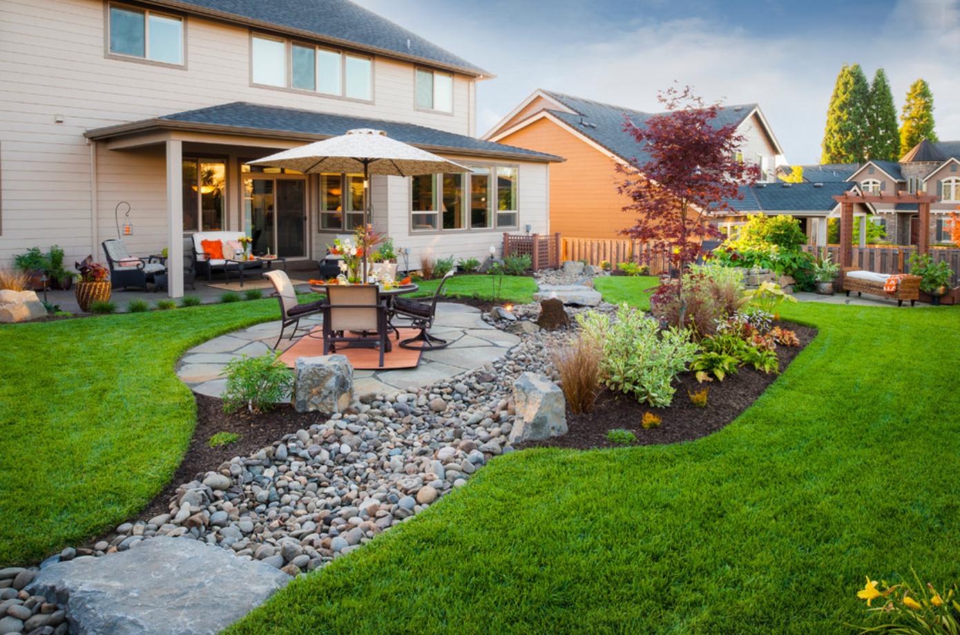 Украшение двора камнями, мебелью и растениями