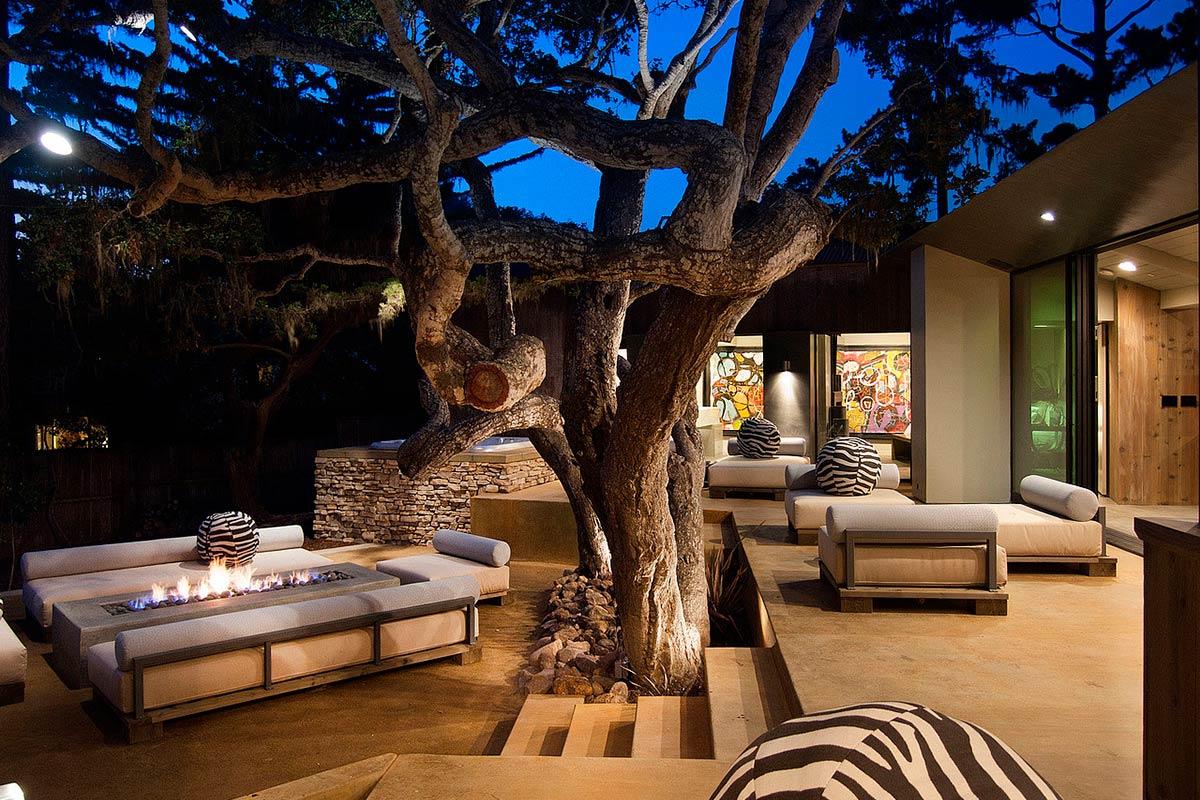 Деревья, камин и мебель во дворе