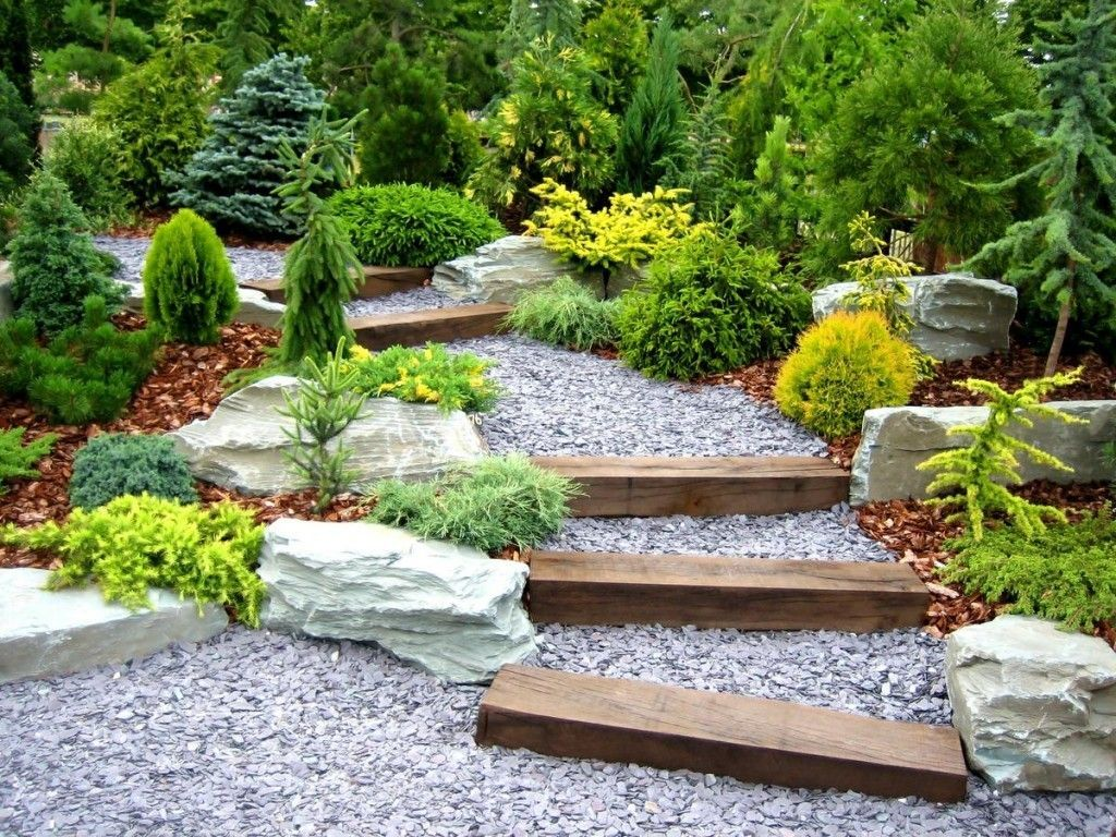 Лестница из щебня и дерева в оформлении двора