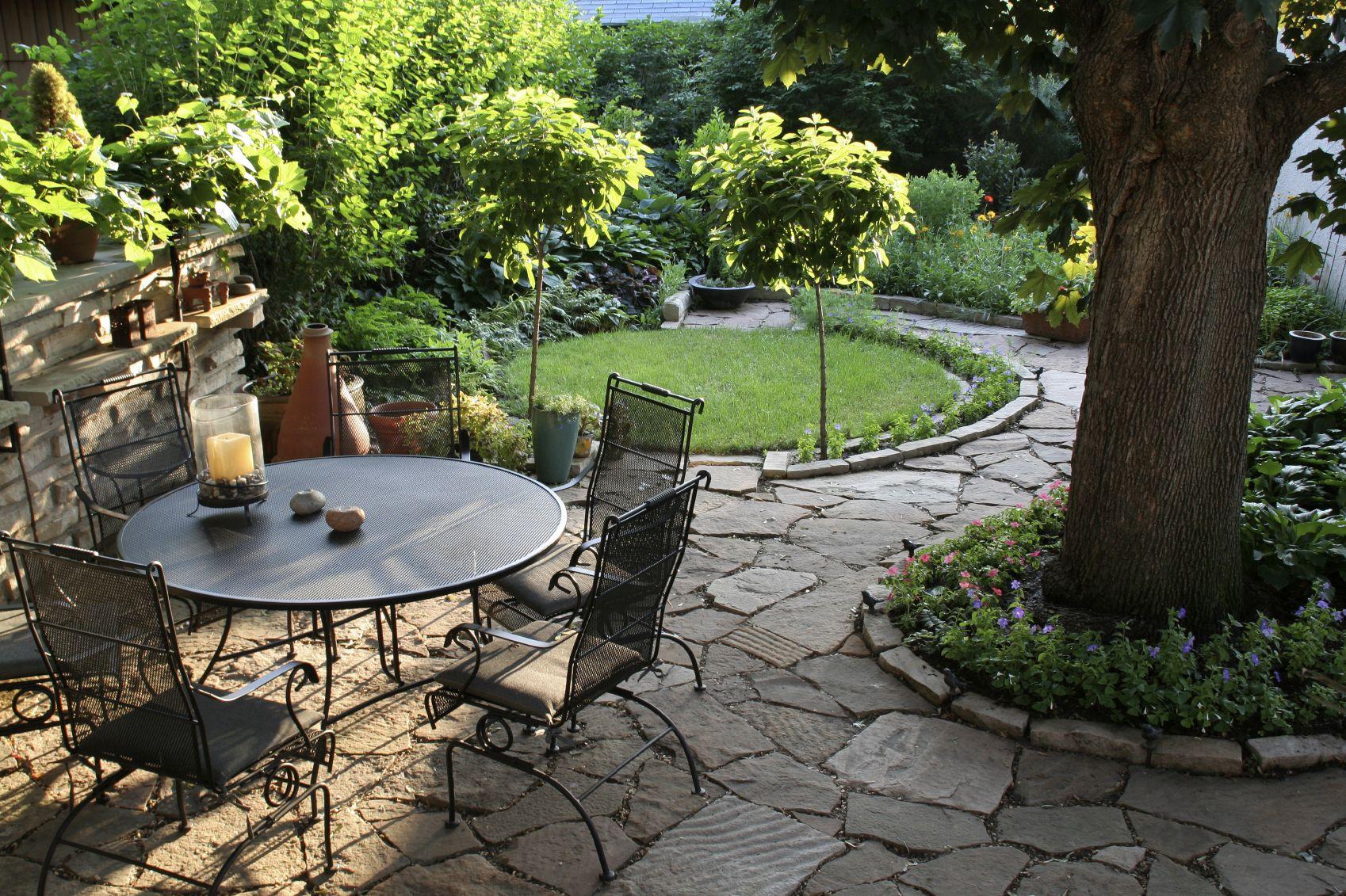 Металлическая мебель, деревья и цветы в дизайне двора