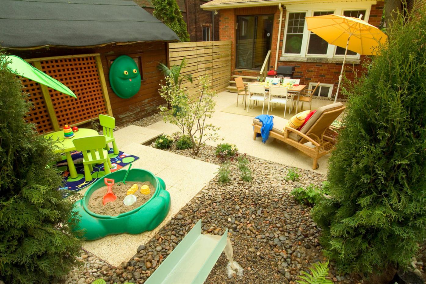 Дизайн маленького двора с детской зоной и зоной отдыха