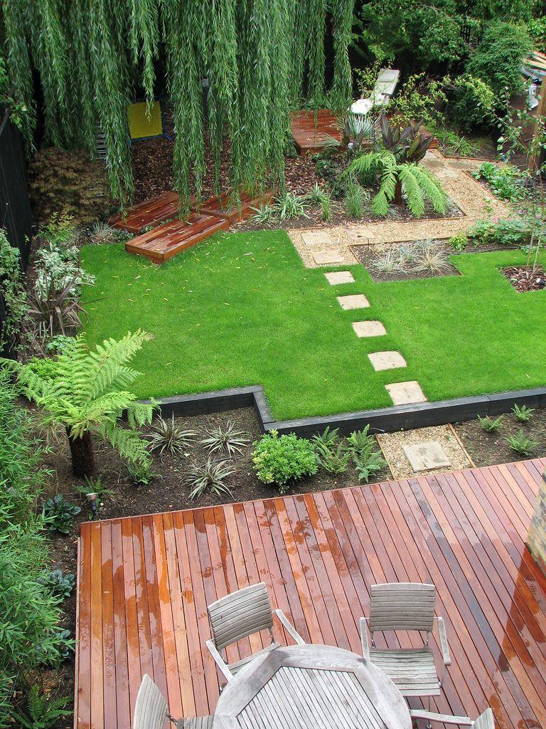 Терраса, каменная тропинка и растения во дворе
