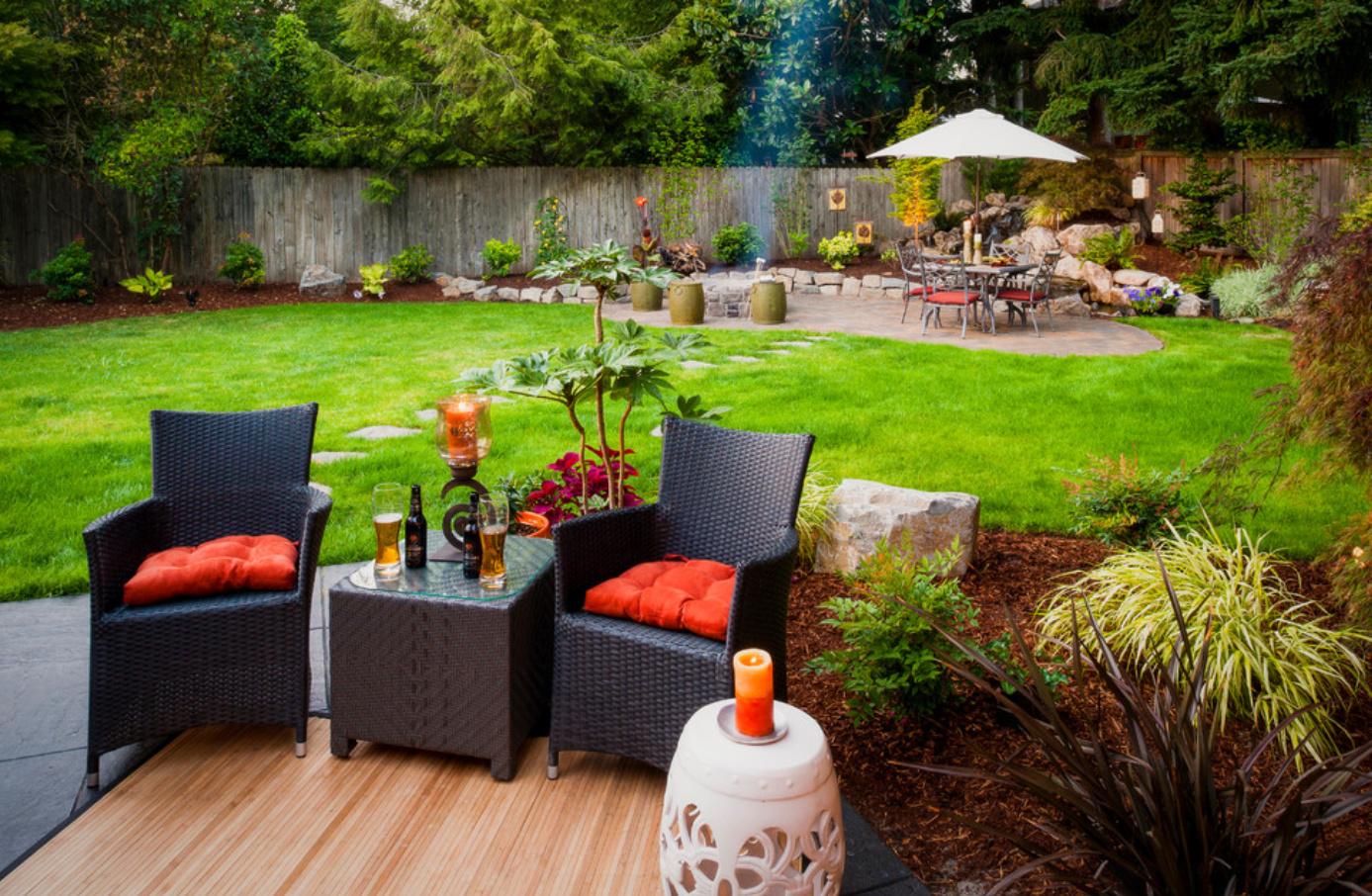Плетеная мебель и растения в дизайне двора
