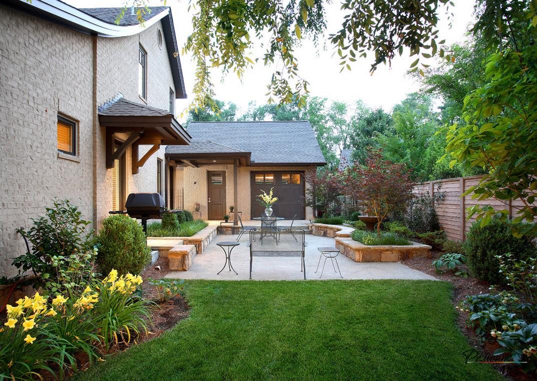 Дизайн двора частного дома с растениями и зоной для отдыха