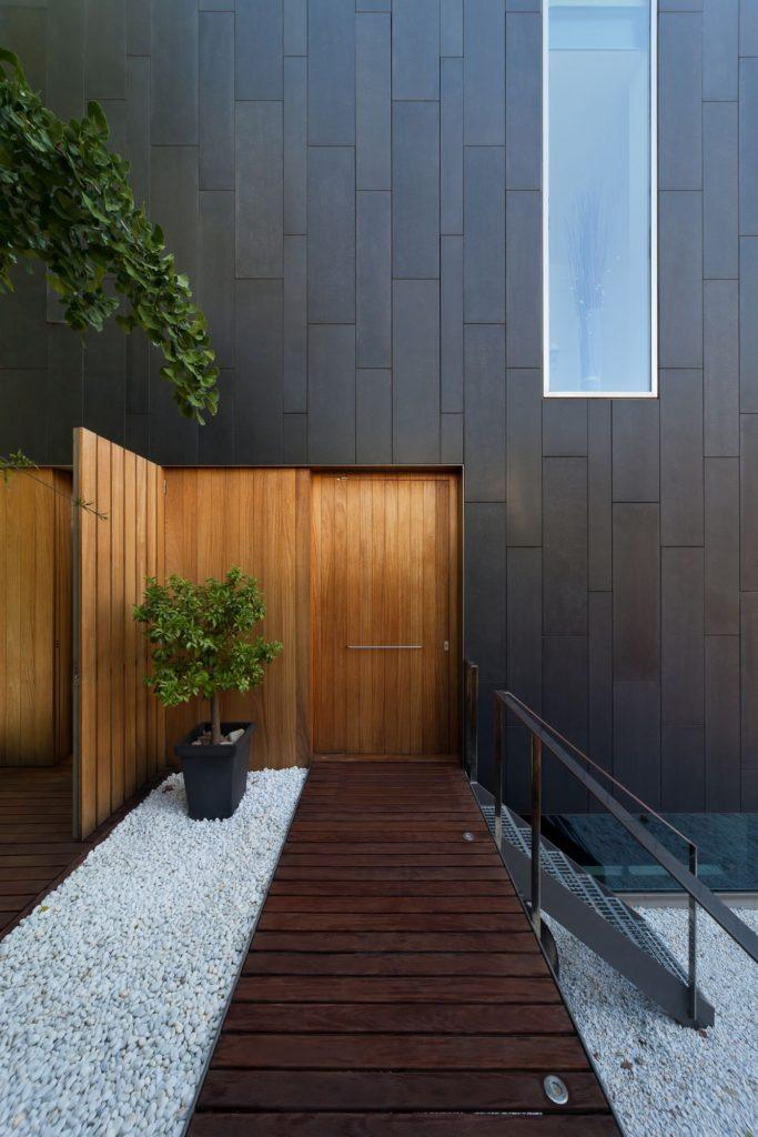 Крыльцо дома с декоративным деревом