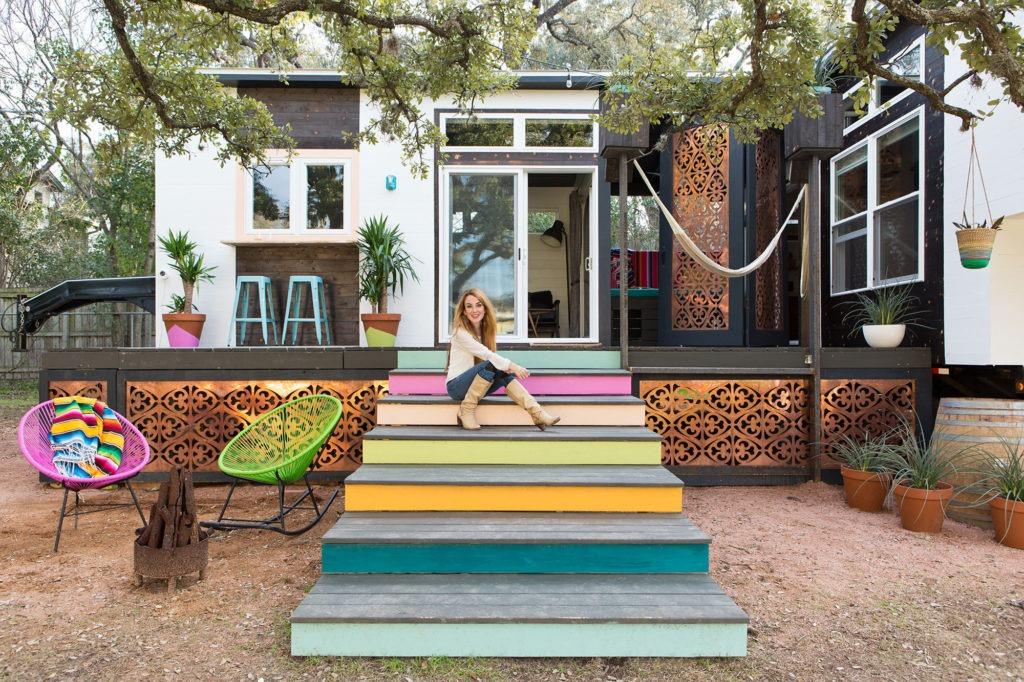 Разноцветное деревянное крыльцо дома