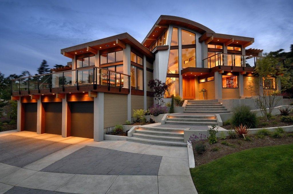 Дизайн крыльца большого дома с подсветкой