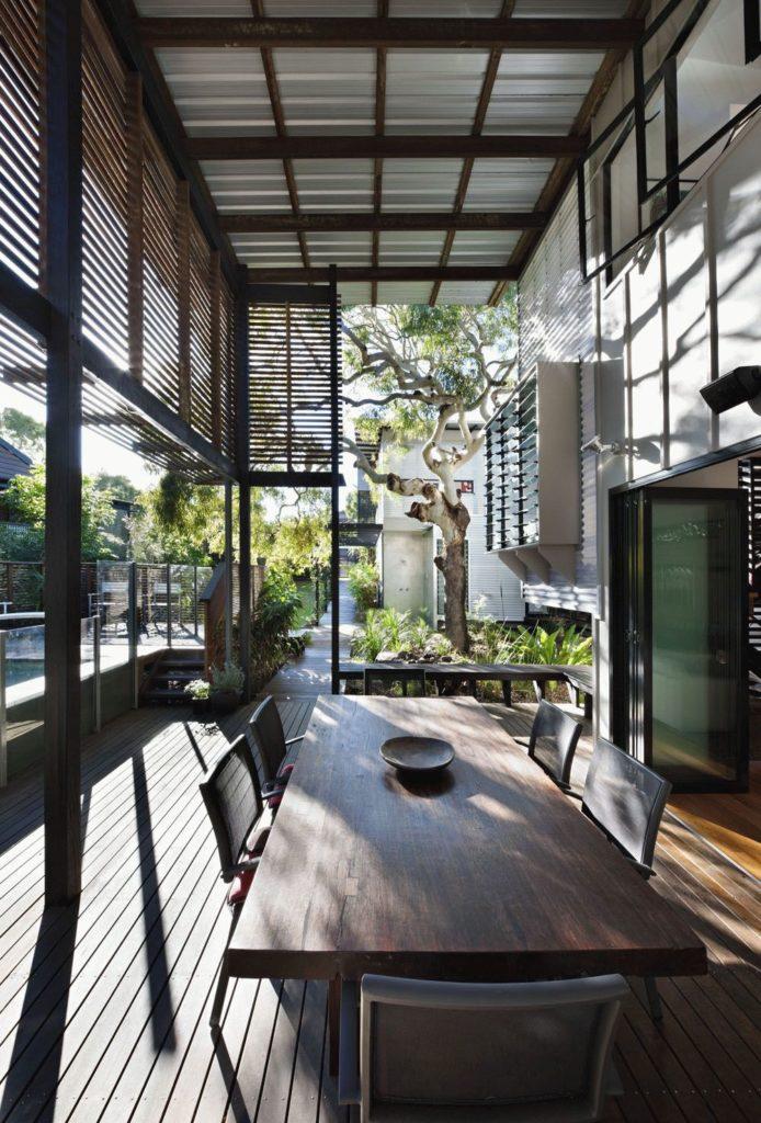 Светлое и хорошо продуваемое крыльцо и терраса дома