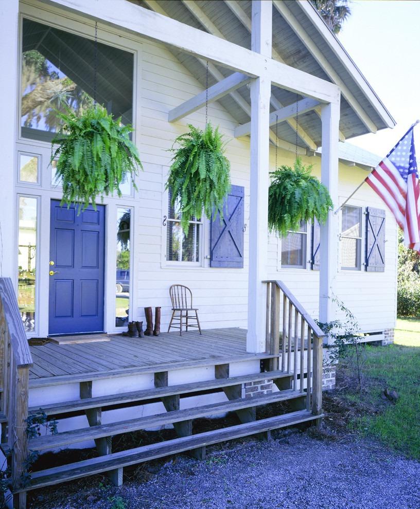 Деревянное крыльцо частного дома в американском стиле