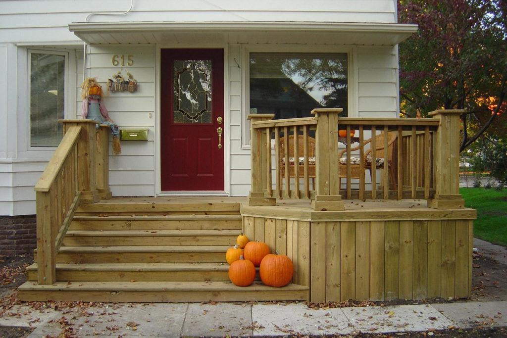 Деревянное крыльцо частного дома