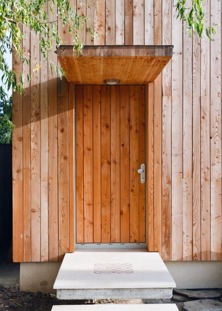 Необычный деревянный козырек для крыльца