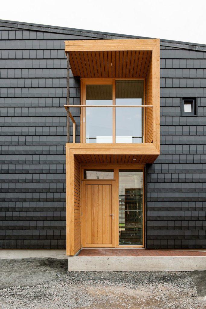 Необычное крыльцо современного дома