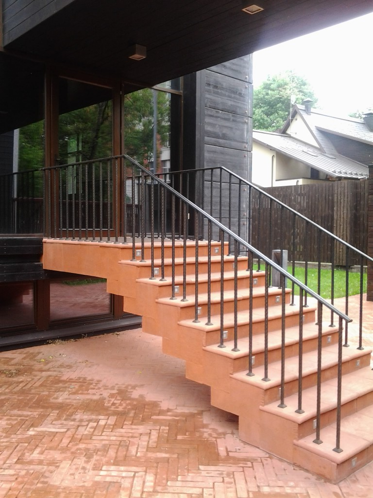 Крыльцо дома с металлическими перилами
