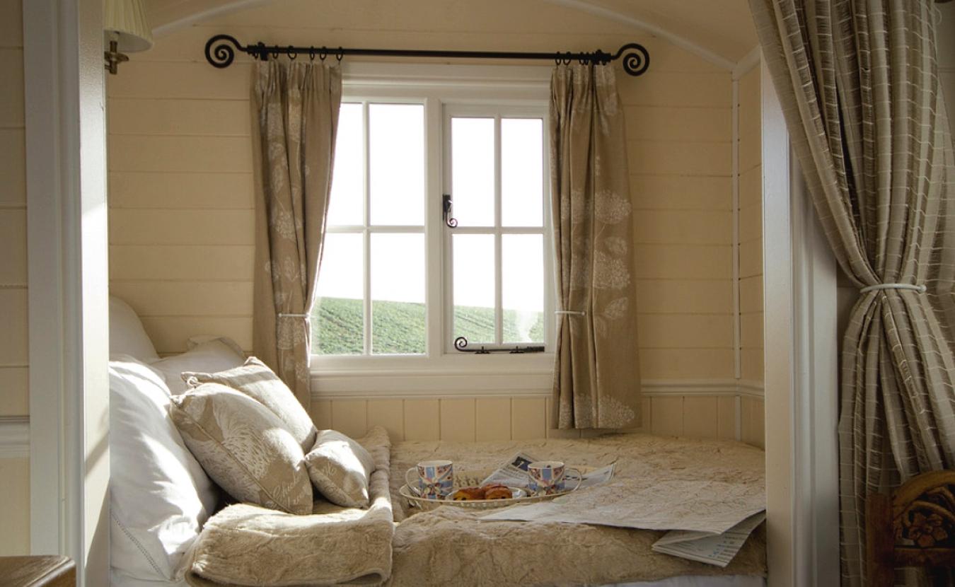 Маленькое пространство для сна у окна