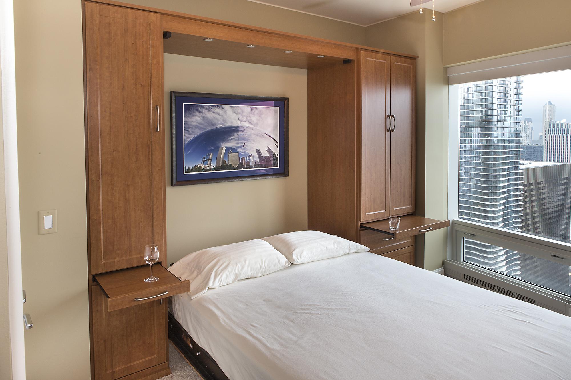 Маленькая кремовая спальня со шкафами
