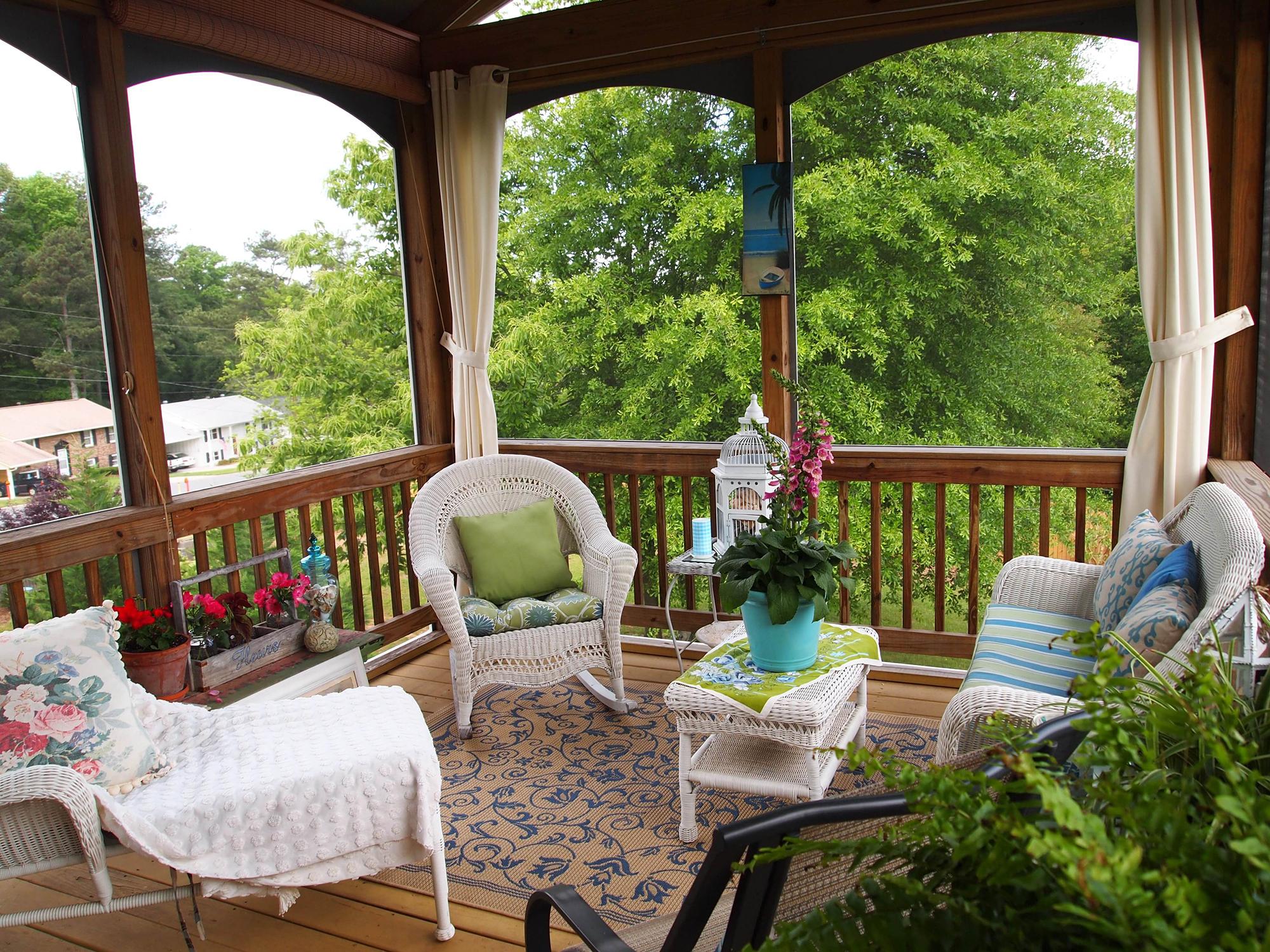 Уютная терраса со шторами