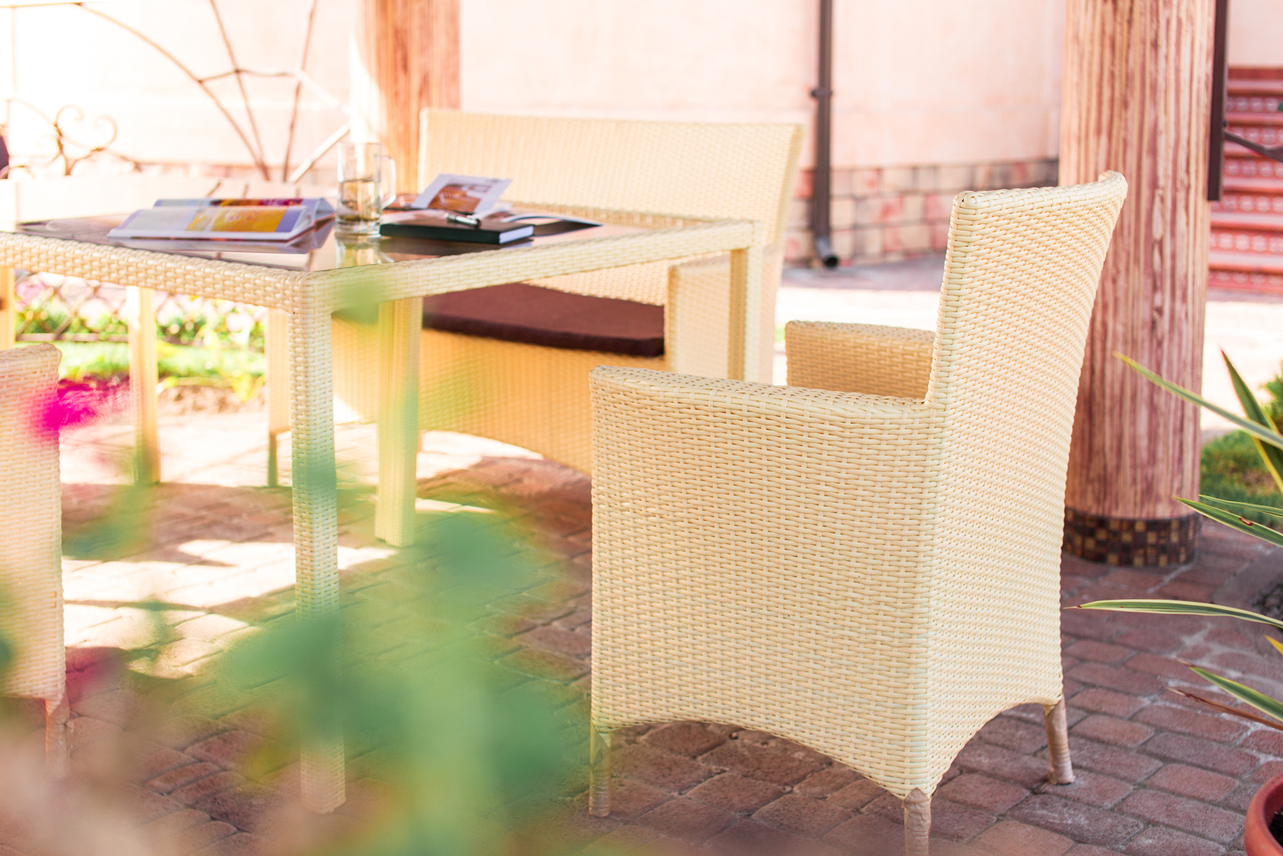 Бежевая плетеная мебель на террасе