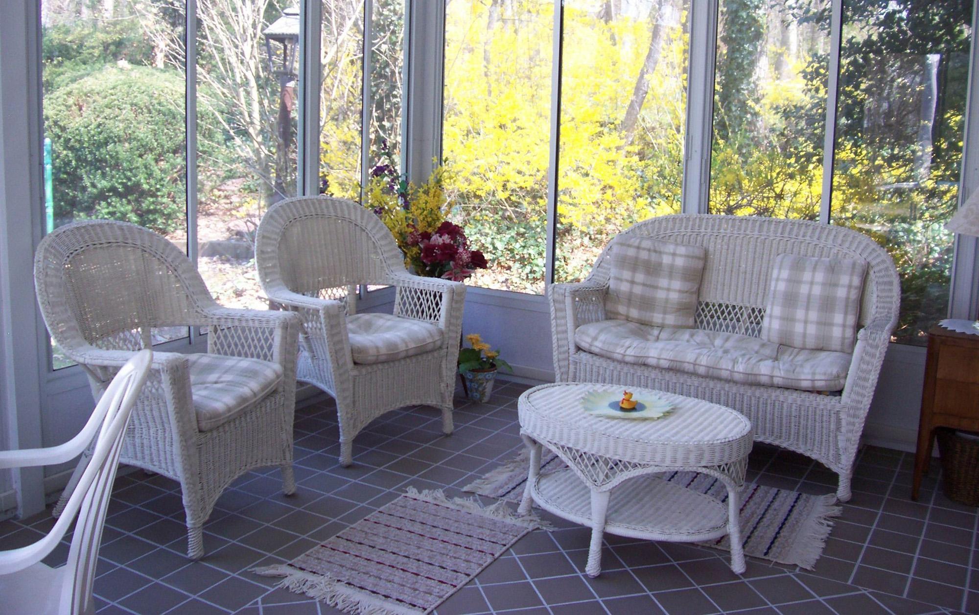 Плетеная белая мебель на застекленной веранде