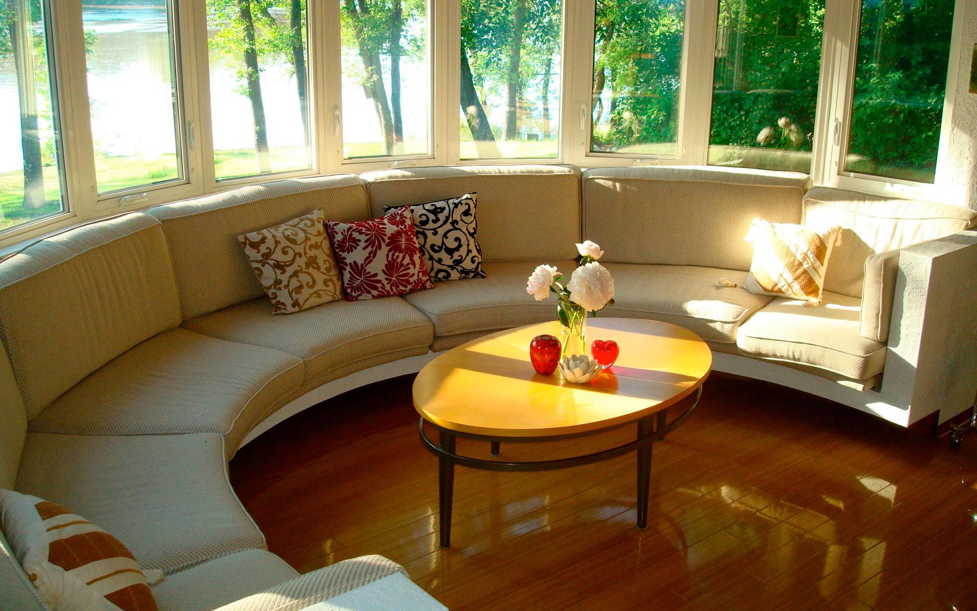 Круглый диван на веранде