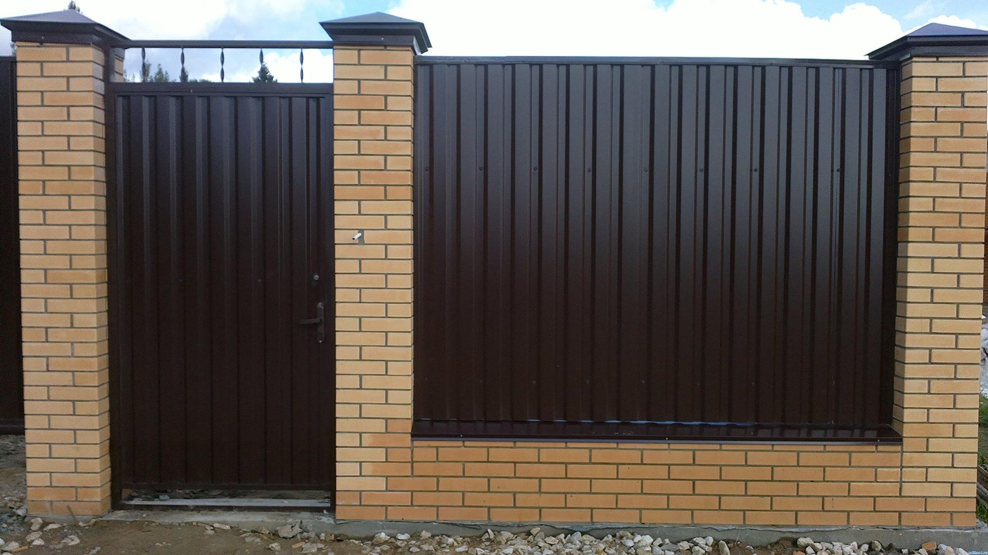 Забор из черного профнастила и кирпича