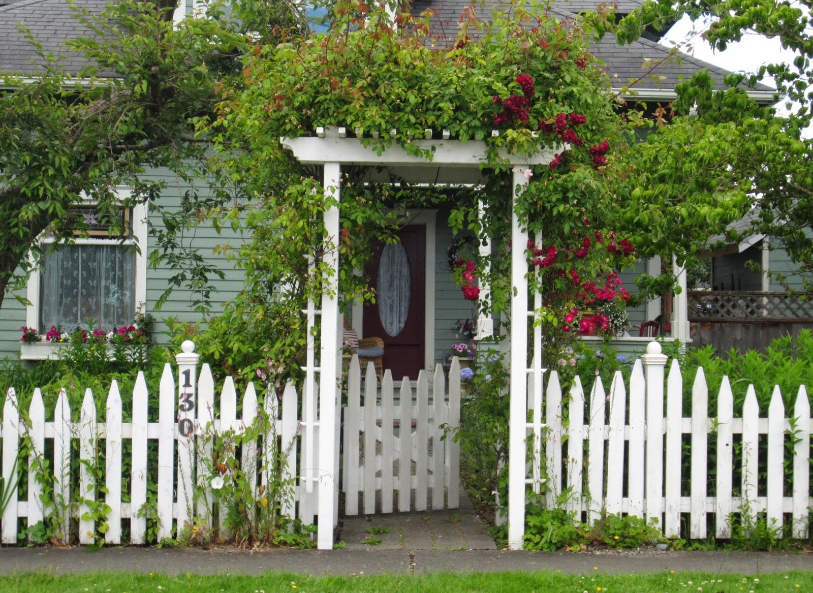 Белый деревянный декоративный забор