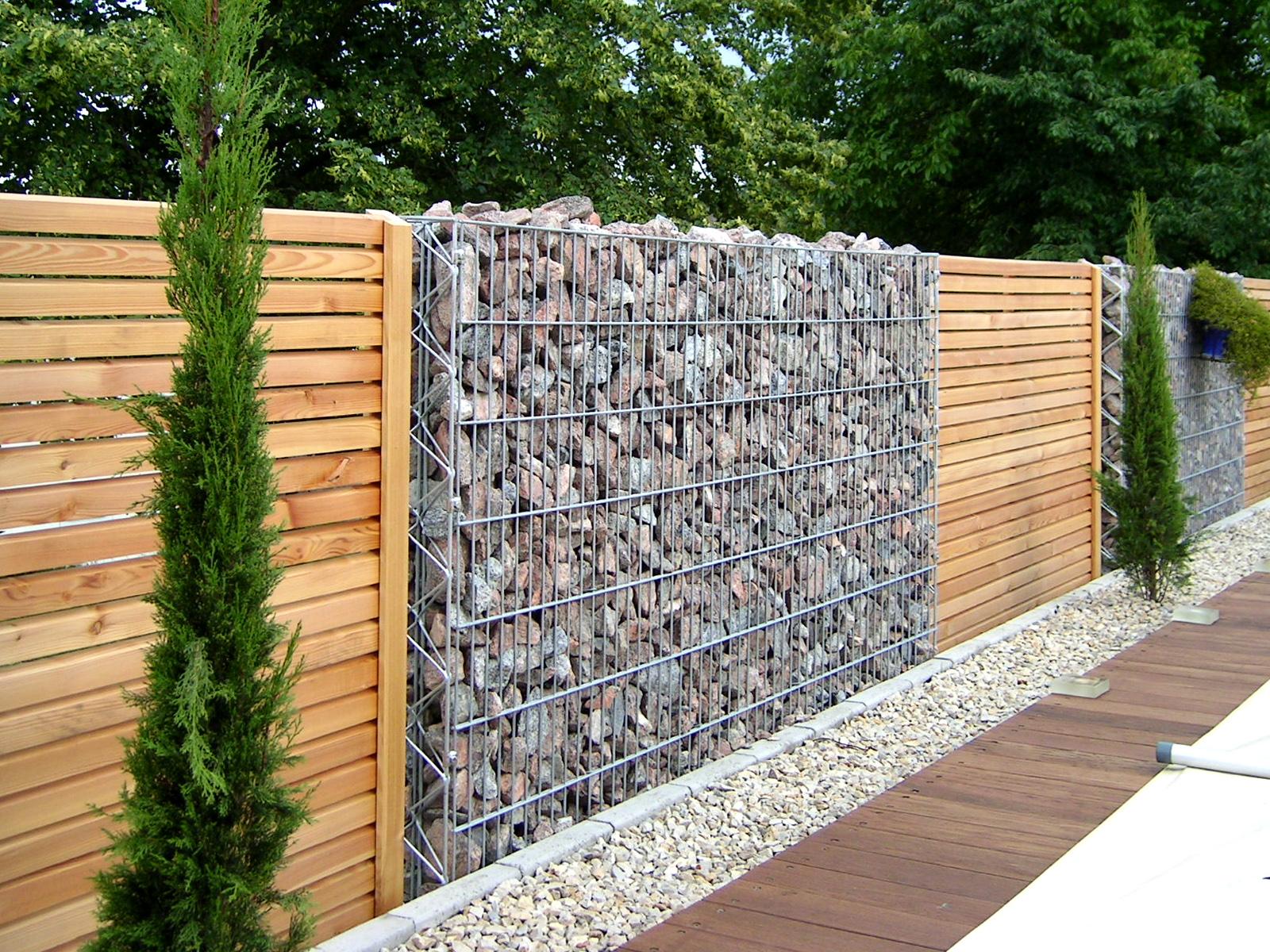 Забор из дерева и габионов