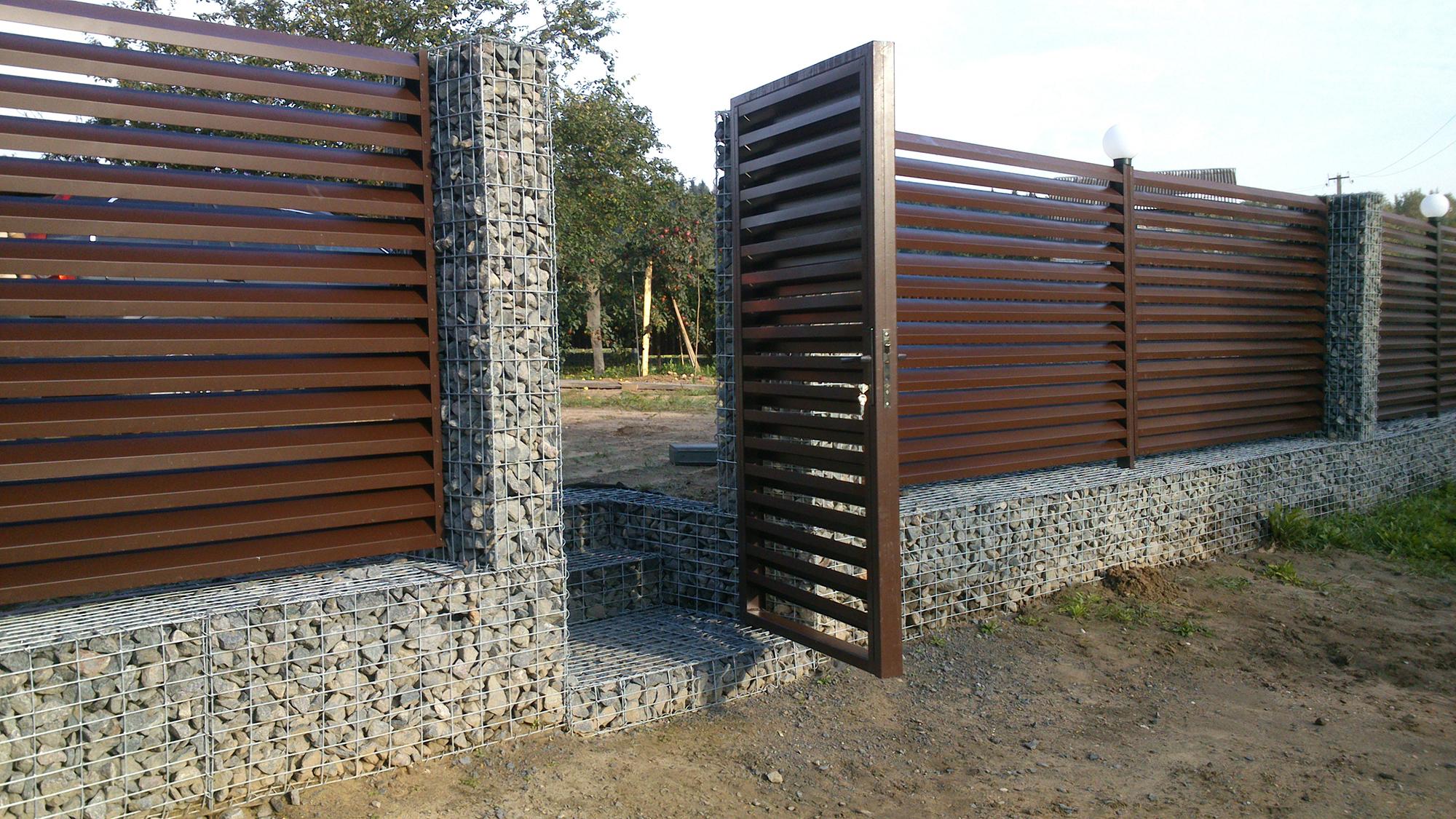 Забор из габионов и металла для дачи