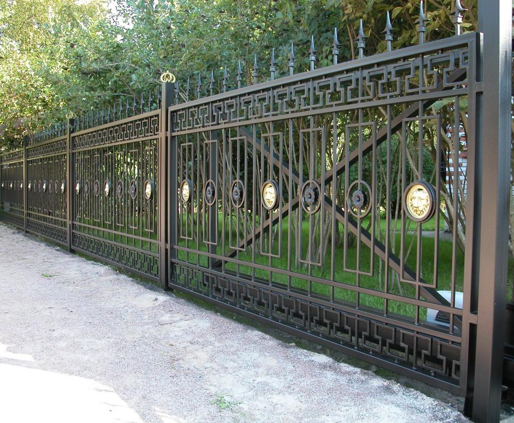 Черный кованый забор с золотистыми вставками