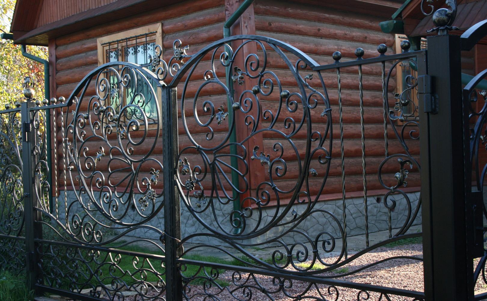 Изящный кованый забор у загородного дома