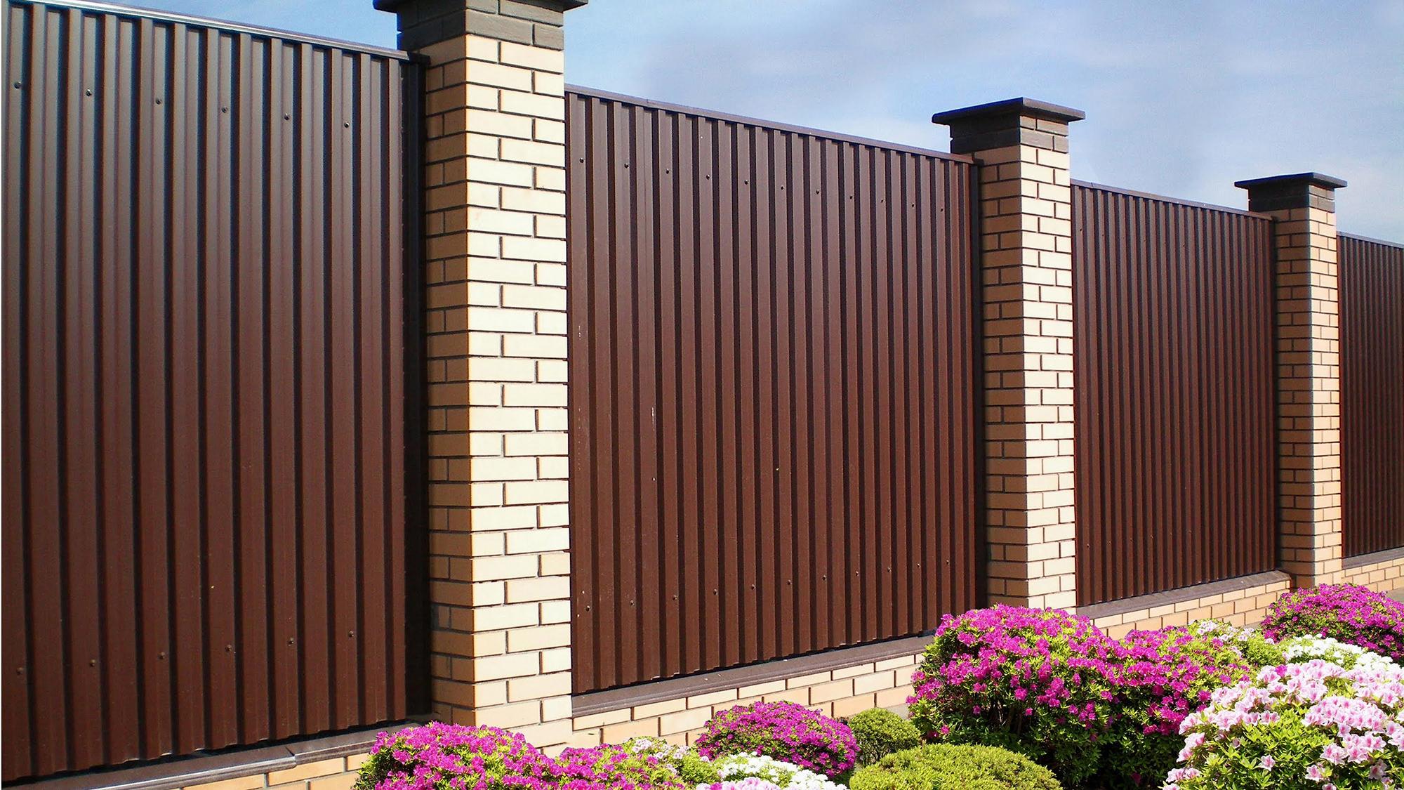 Забор из коричневого профнастила и кирпича