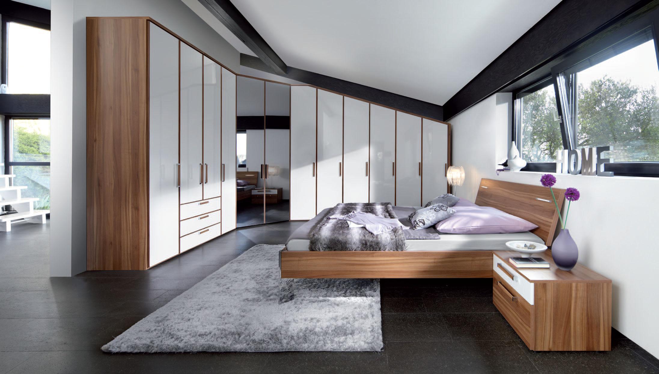 Угловой шкаф в интерьере спальни в доме