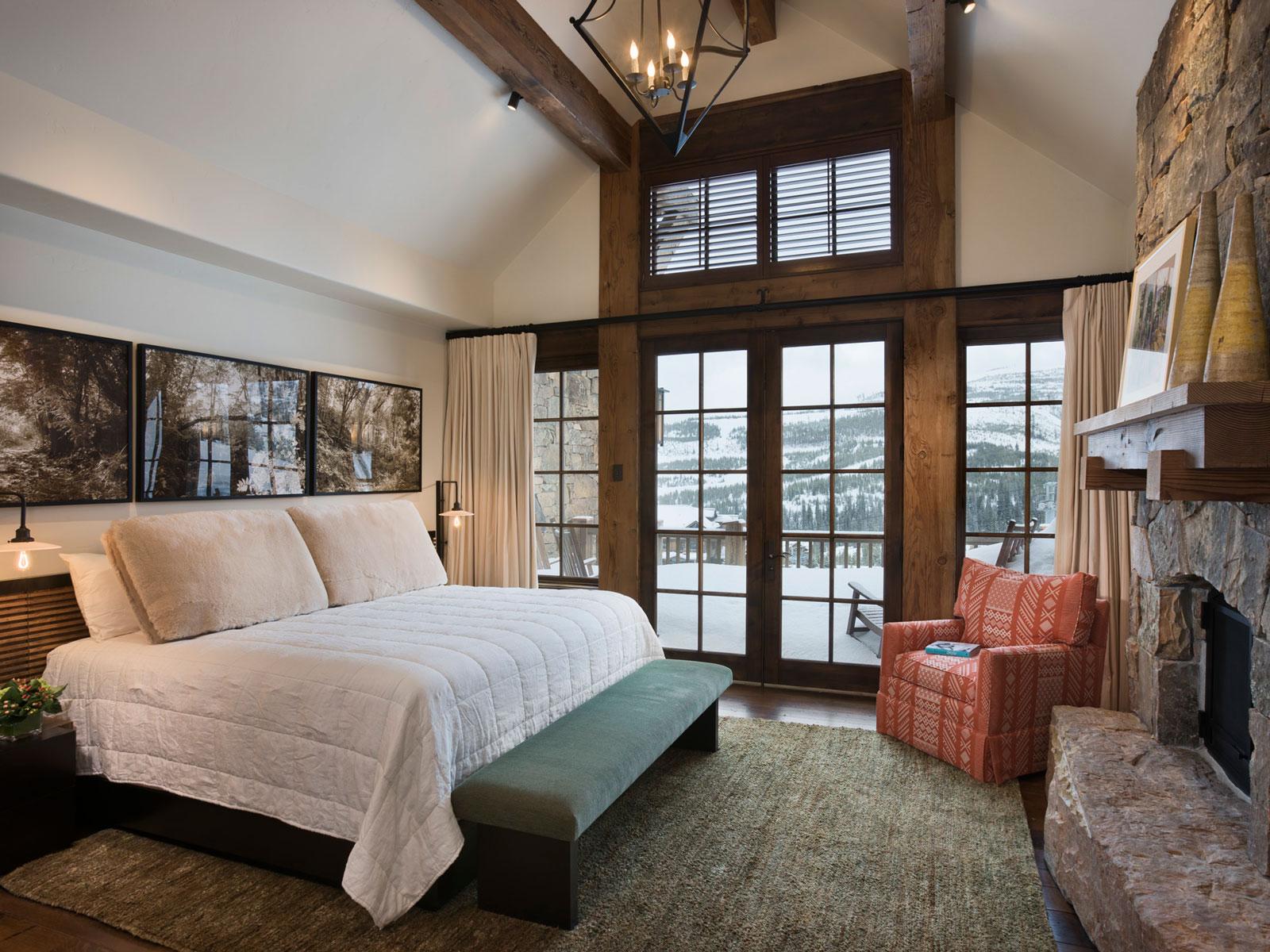 Спальня с камином и балконом в стиле шале