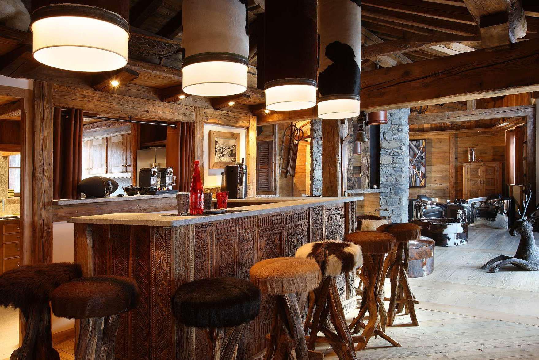 Кухня с барной стойкой в стиле шале