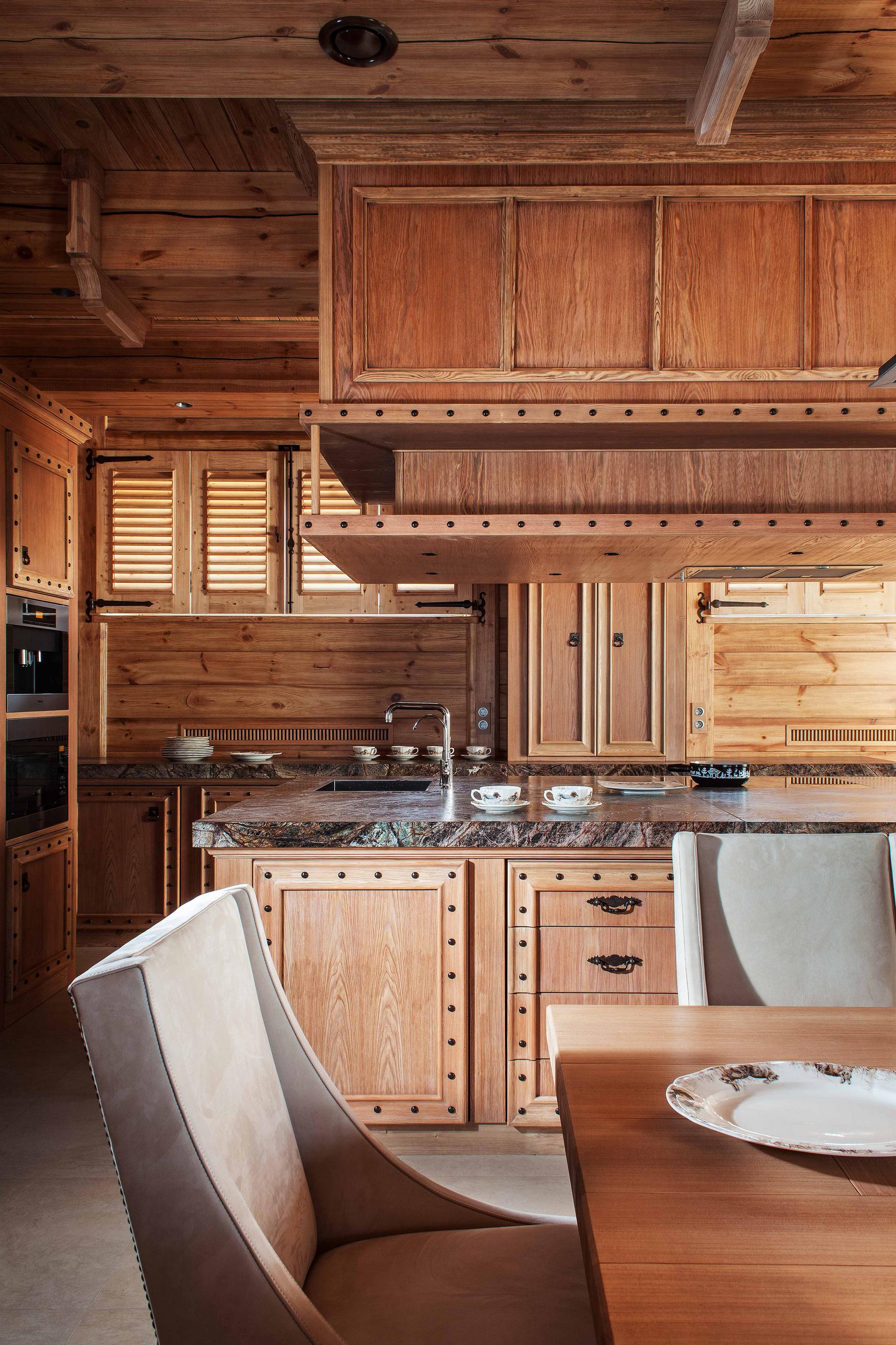 Кухня в стиле шале с островом с каменной столешницей