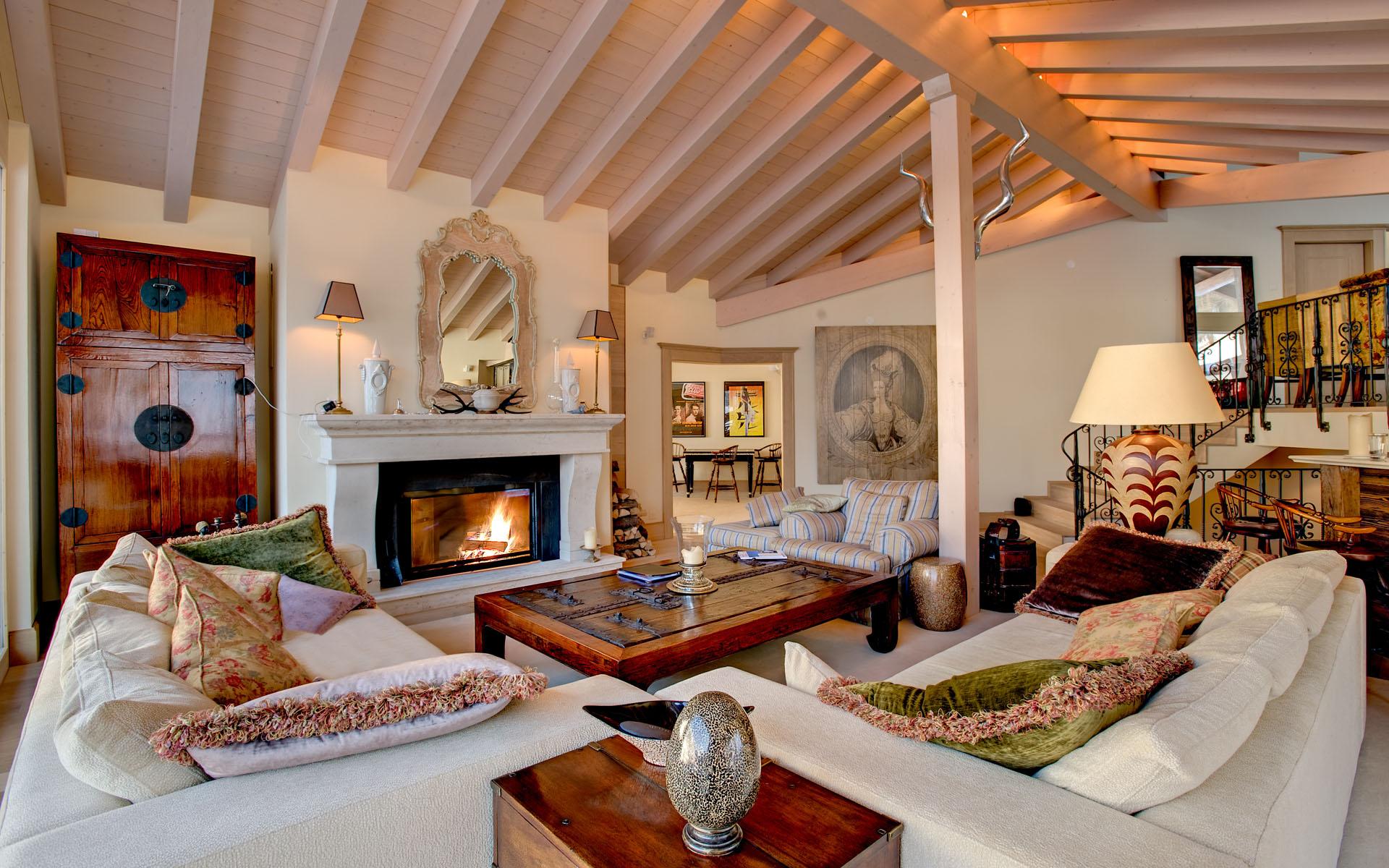 Светлая гостиная с камином в стиле шале