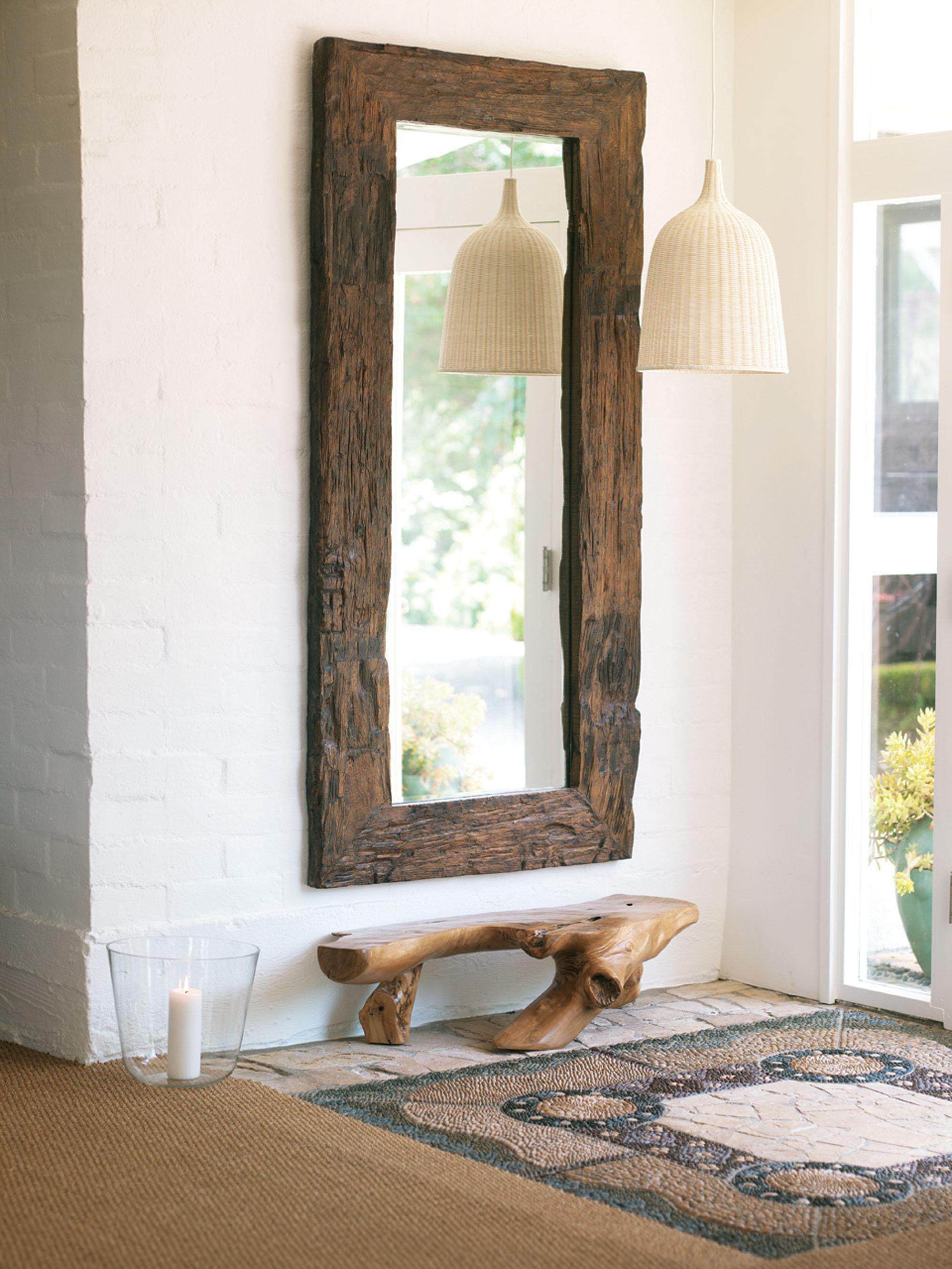 Зеркало на стене в прихожей дома