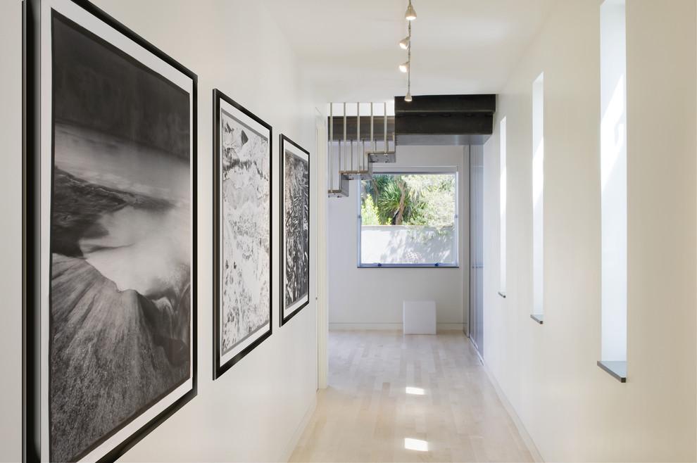 Светлые стены с картинами в прихожей дома