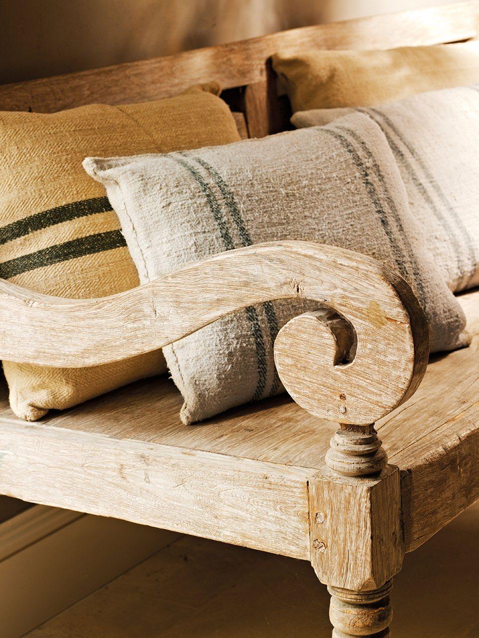 Деревянная мебель в прихожей в доме