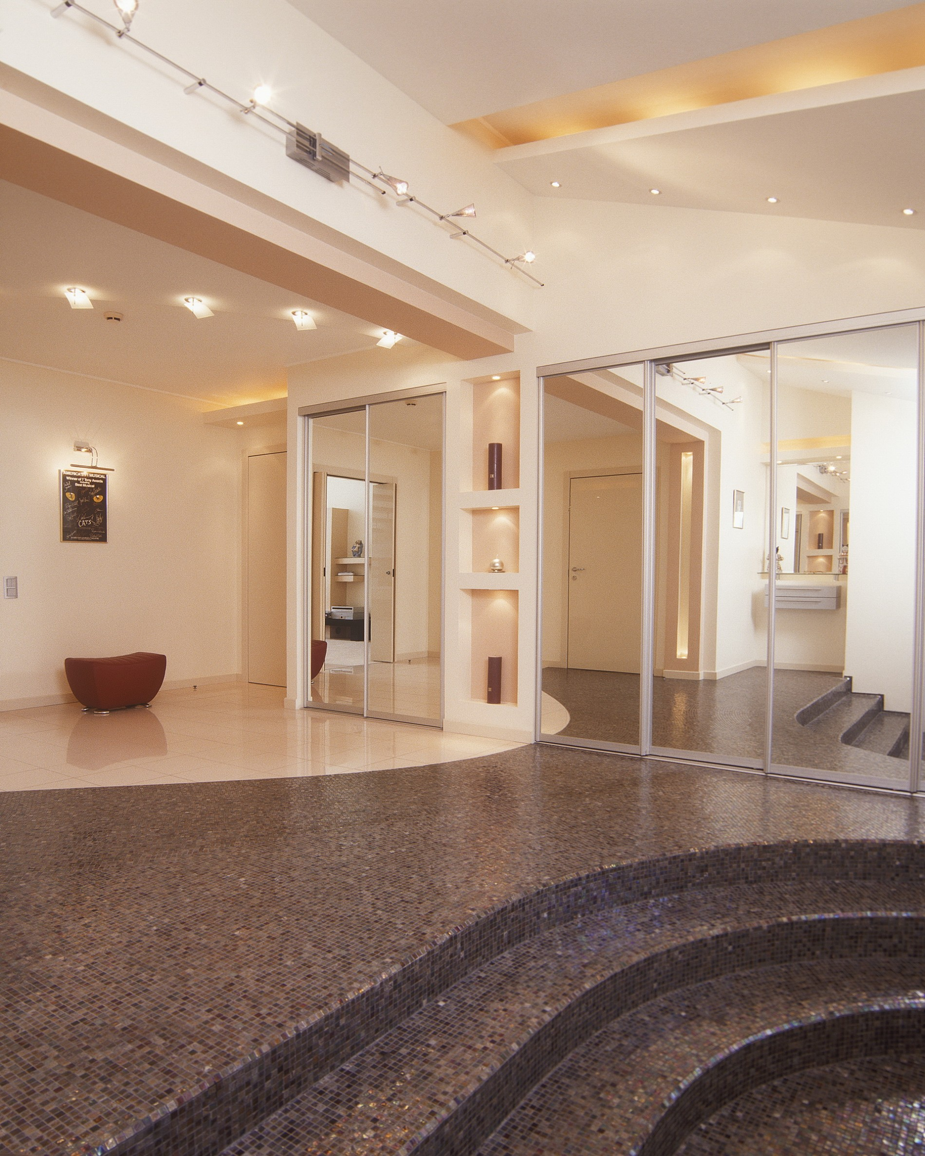 Разноуровневый потолок с интересным освещением в холле дома