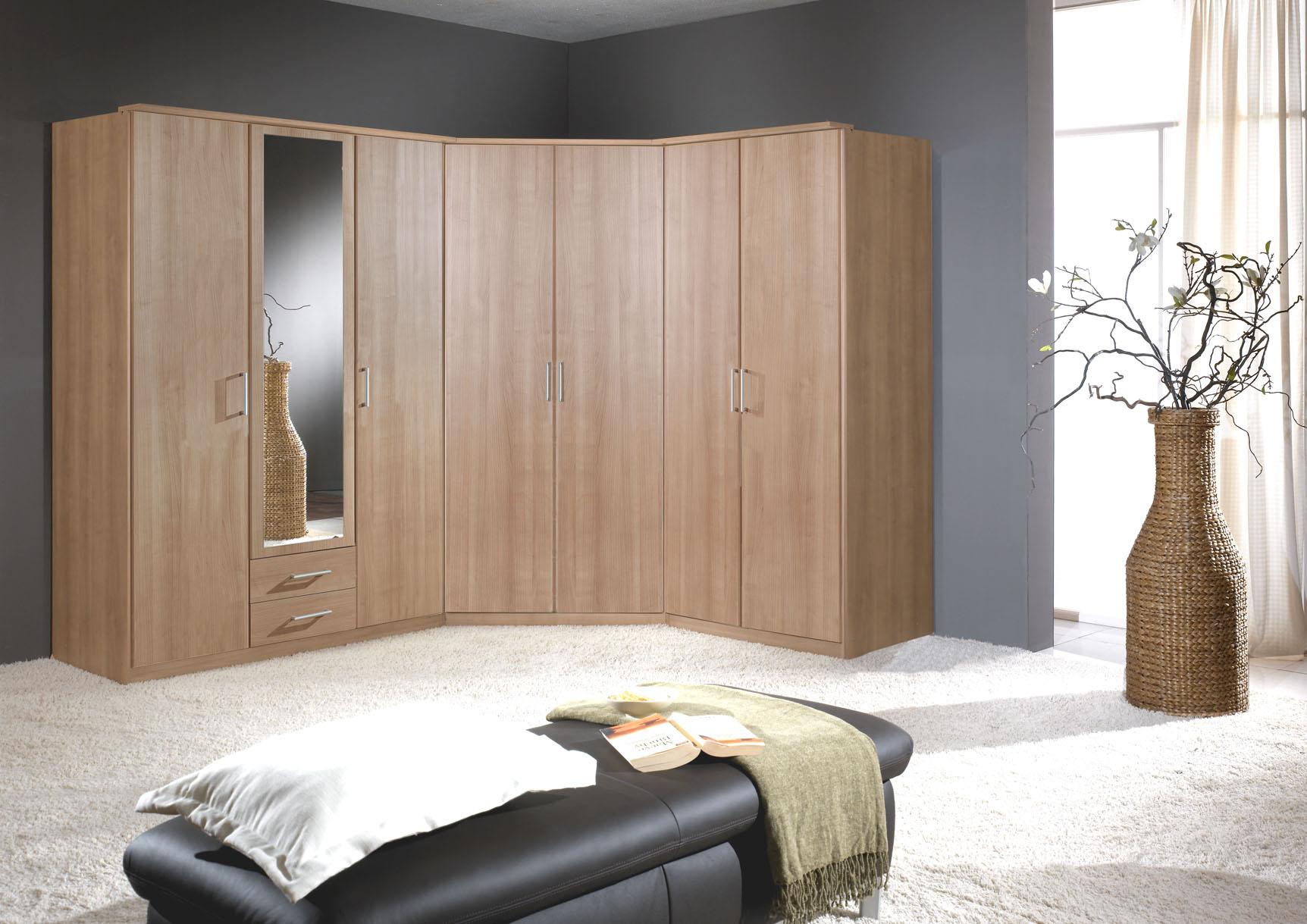 Угловой шкаф в интерьере спальни из дуба