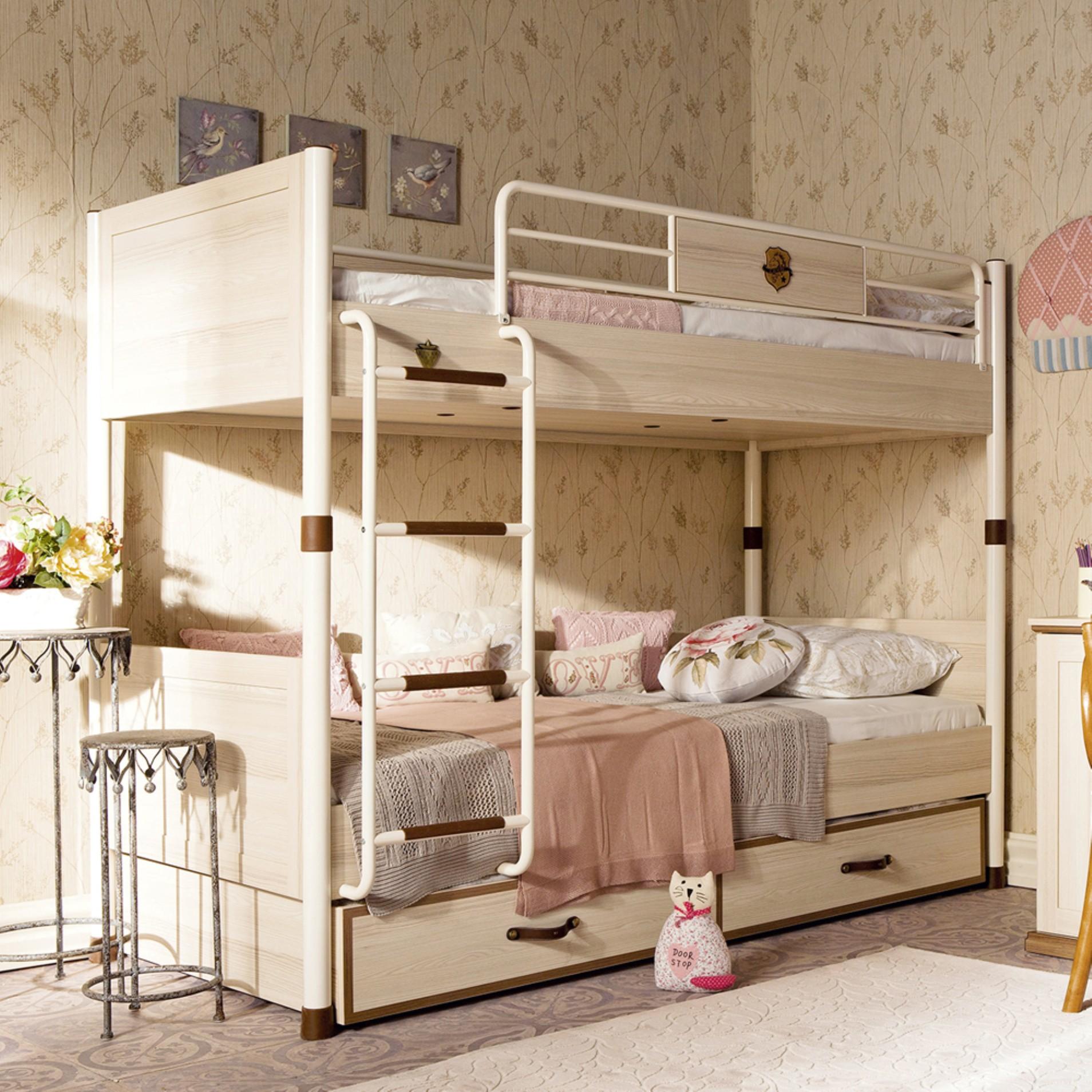 Красивая кремовая двухъярусная кровать с лестницей