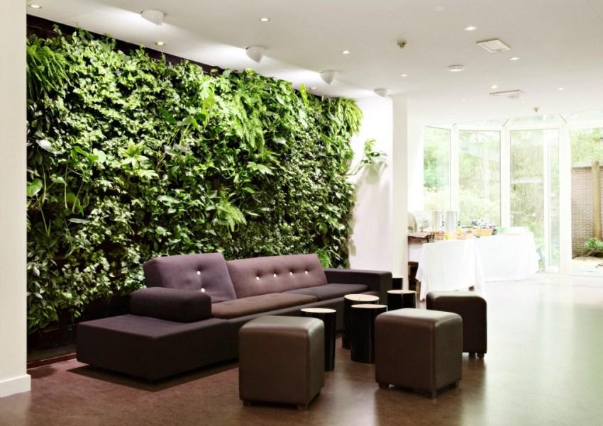 Гостиная со стенкой из живых растений