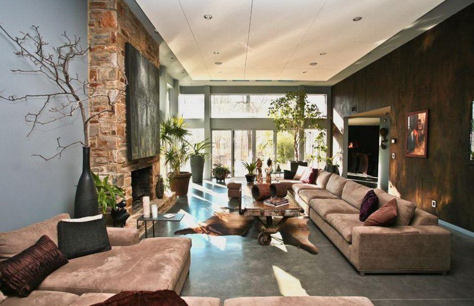 Гостиная в эко стиле с большими диванами
