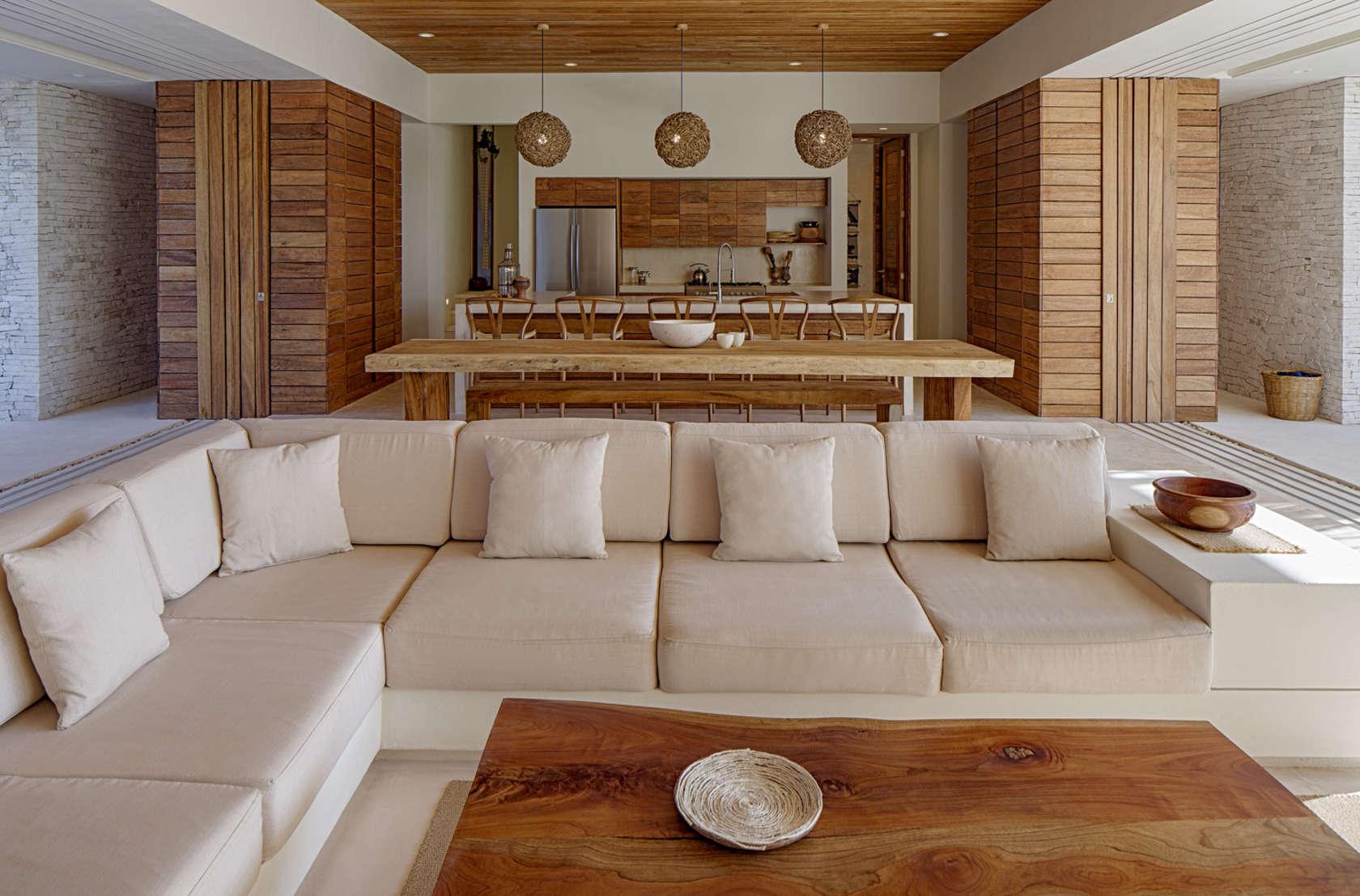 Гостиная с деревянной отделкой и бежевым диваном