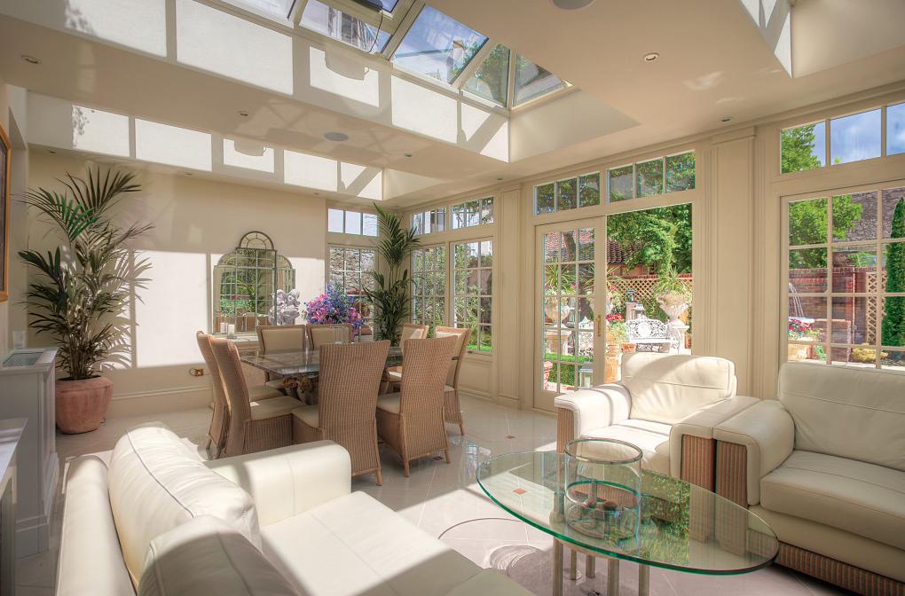 Светлая гостиная с экологичном стиле