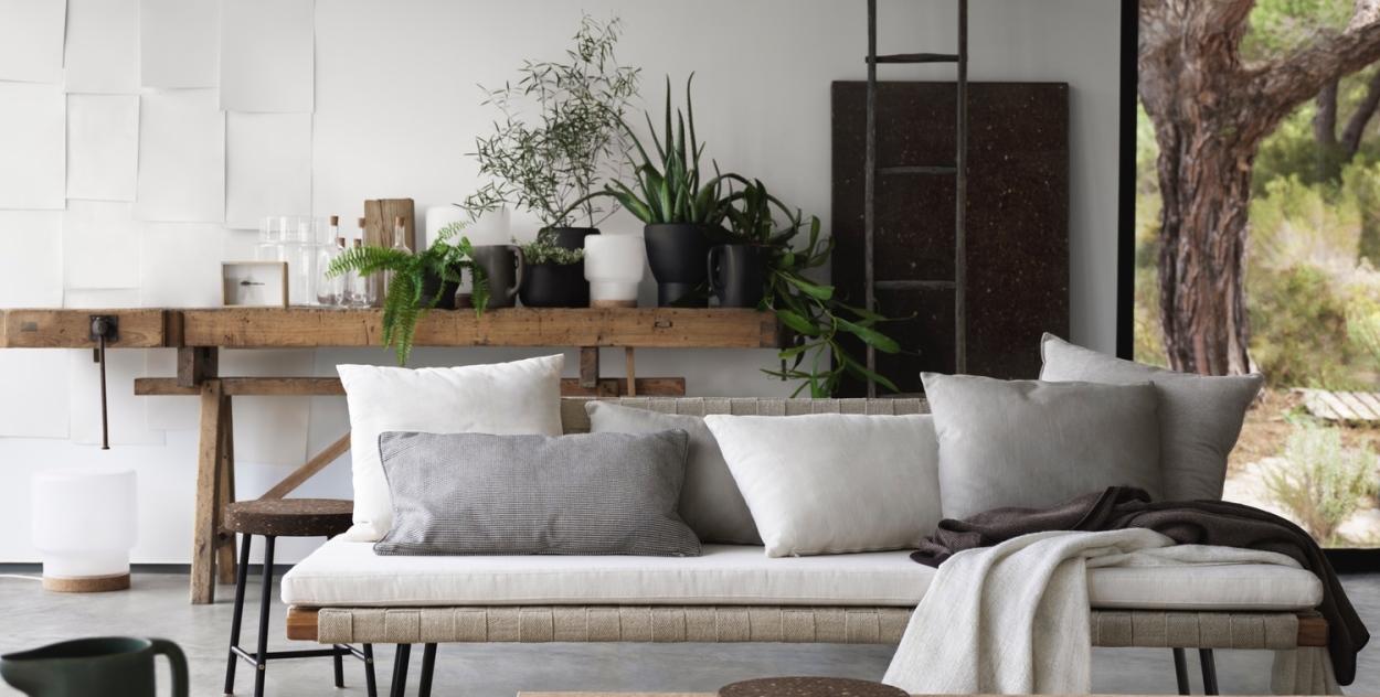 Гостиная в эко стиле с деревянным диваном