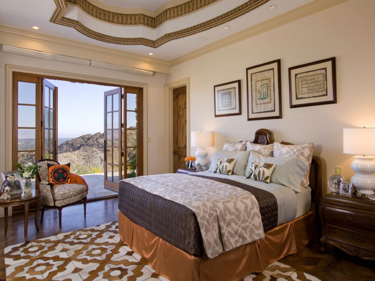 Картины над кроватью в спальне в стиле этно